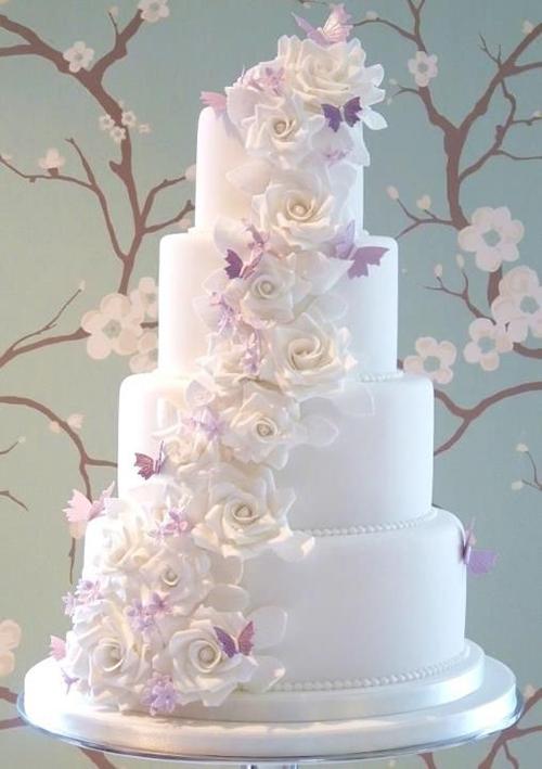 [Caption]Khi chọn bánh cưới trang trí với hoa, cô dâu chú rể nên xác định màu sắc, loại hoa trang trí chủ đạo và tìm đến người thợ làm bánh trước đám cưới ít nhất một tháng để đặt sớm.