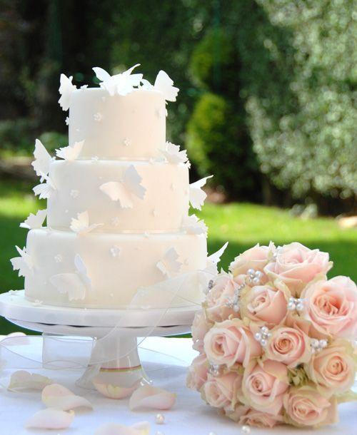 [Caption]Với sự cầu kỳ, tinh tế, những người thợ làm bánh đã tạo nên nhiều mẫu bánh ấn tượng cho đám cưới.