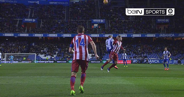 Tình huống dẫn tới chấn thương nghiêm trọng của Torres xảy ra trong trận hòa 1-1 giữa Atletico Madrid và Deportivo La Coruna