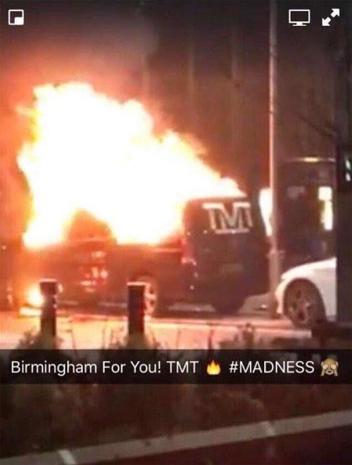 Hình ảnh xe chở hành lý của Mayweather bốc cháy ngùn ngụt trên phố được chia sẻ trên mạng.