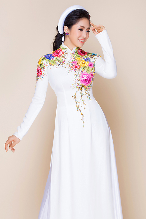 [Caption]Trong bộ ảnh giới thiệu những mẫu áo dài cươi mới nhất cho mùa cưới 2017,