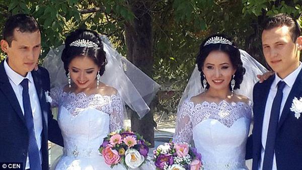 Đám cưới của hai cặp đôi diễn ra cùng một ngày vào tháng 3/2015 tại thành phố Aktau, thuôc vùng Mangystau, trong đó trang phục của họ hoàn toàn trùng khớp.