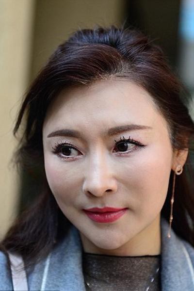Với làn da mịn màng, thân hình cân đối đáng ghen tị cùng gu ăn mặc tinh tế, Xu thường bị nhầm là chị của cô con gái 25 tuổi mỗi khi xuất hiện cùng con ở chốn đông người.