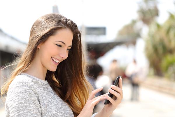 Thường xuyên cúi đầu nhìn điện thoại sẽ khiến hình thành nếp nhăn cổ.