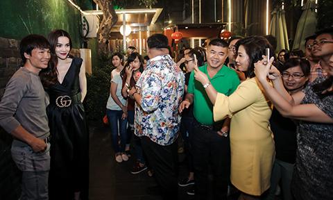 Hồ Ngọc Hà nán lại chụp ảnh với người hâm mộ lúc nửa đêm