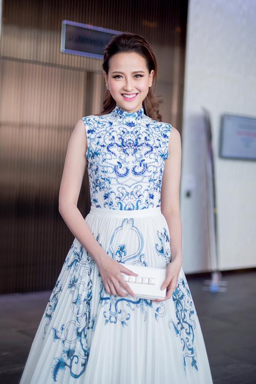Khánh Ngân yêu kiều với váy in họa tiết xanh gốm lục bình của Lê Thanh Hòa.