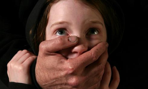Bé gái Mỹ 9 tuổi bị giáo viên bóng rổ lạm dụng tình dục