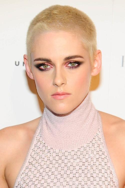Kristen Stewart gây chú ý khi xuất hiện với kiểu tóc mới trên phố New York - cạo đầu và nhuộm vàng bạch kim.