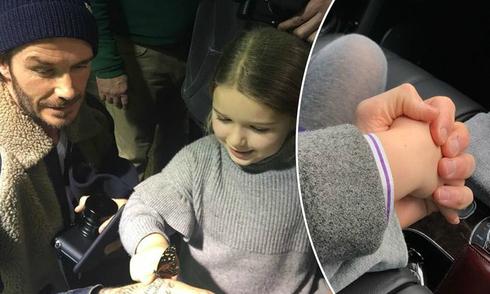 Fan xúc động khi Becks nắm tay con gái cưng