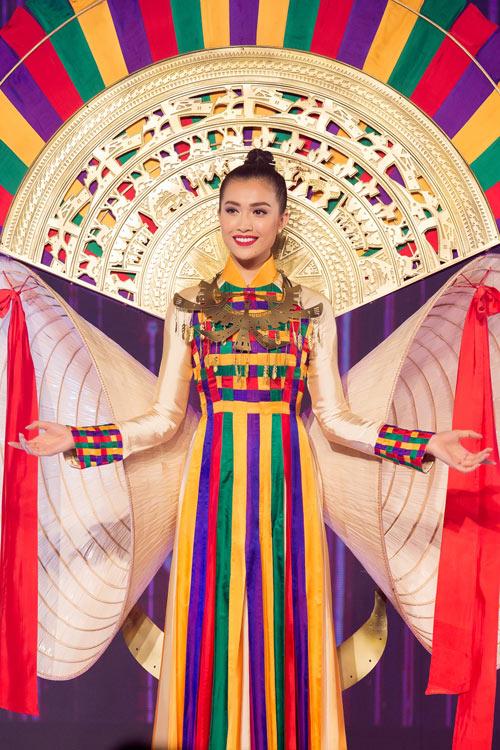 a-hau-le-hang-trinh-dien-ao-dai-khung-3