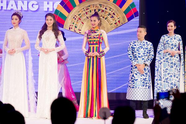 a-hau-le-hang-trinh-dien-ao-dai-khung-5