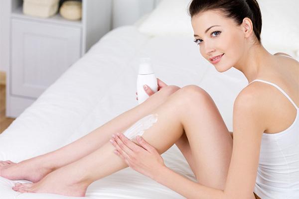Kem dưỡng thể Kem dưỡng thể thường có kết cấu đặc, khó thẩm thấu hơn kem dưỡng da mặt. Khi thoa lên da mặt có thể tạo thành lớp màng hút bụi bẩn, gây ra mụn và viêm da.