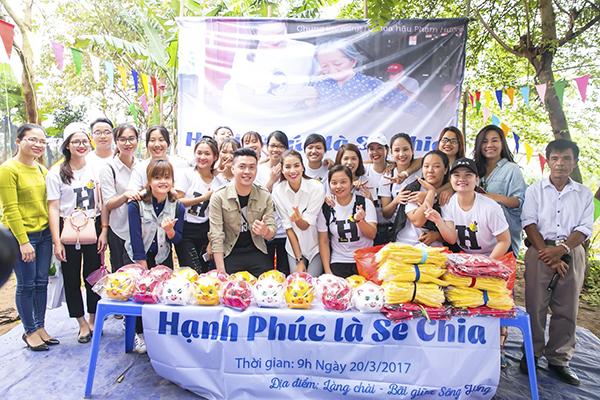Hoa hậu Hoàn vũ Việt Nam 2015 Phạm Hương cùng FC Hà Nội đã vừa thực hiện chương trình thăm và tặng quà cho 27 hộ dân nghèo ở bãi giữa sông Hồng, đồng thời tặng 18 con heo đất cho các em học sinh nơi đây.