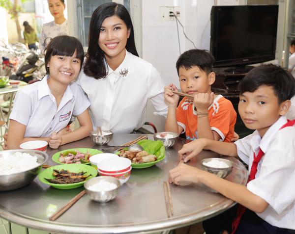 Trang La cung chong dai gia ky niem 1 nam ngay cuoi theo cach 'dac biet'