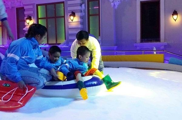 Các em nhỏ yêu thích phiêu lưu, vận động với những trò chơi trên tuyết như cầu trượt, nhà banh, leo núi& rèn luyện tính nhanh nhẹn và nâng cao thể lực.