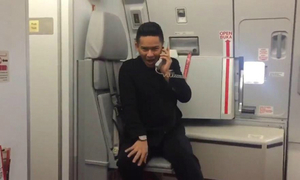 Nam tiếp viên hàng không 'gây sốt' với điệu nhảy trên máy bay