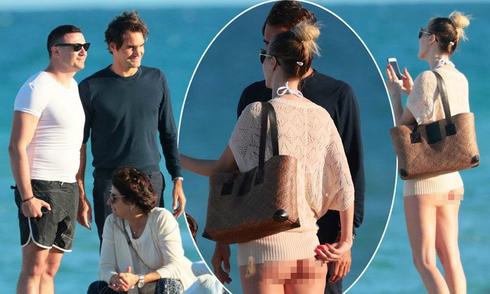Federer chụp ảnh với fan nữ 'không mặc quần'