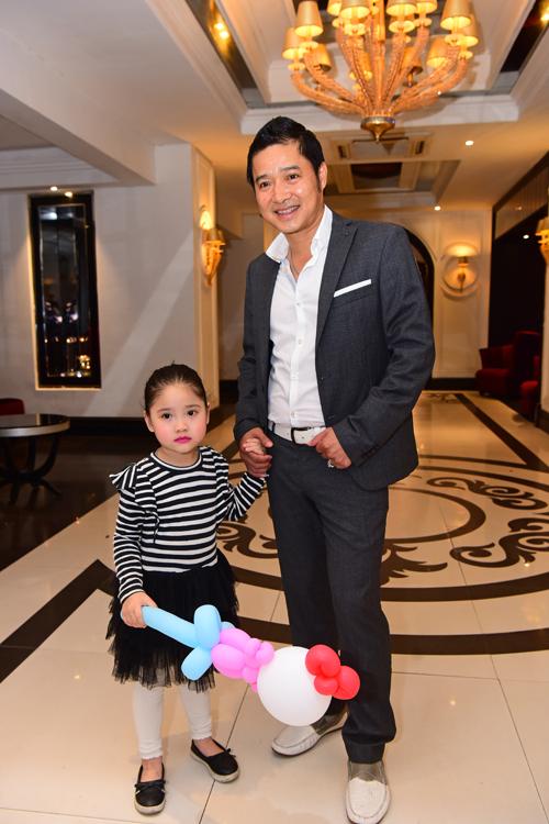 Danh thủ Hồng Sơn đưa con gái đi ăn cưới.