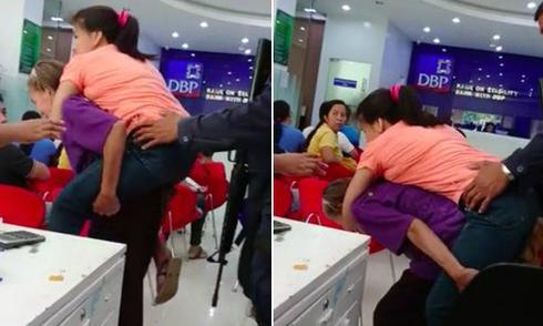 Mẹ già 70 tuổi gần ba thập kỷ cõng con gái bị liệt
