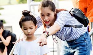 Diễm Châu luyện catwalk cho mẫu nhí
