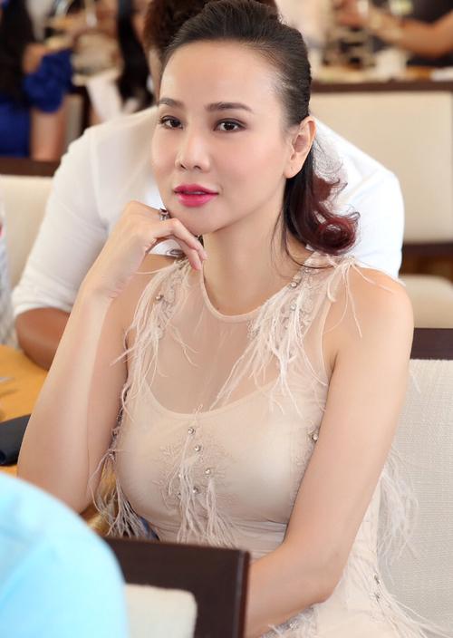 ngoc-trinh-phoi-lung-tran-ngoi-xe-sang-di-su-kien-4