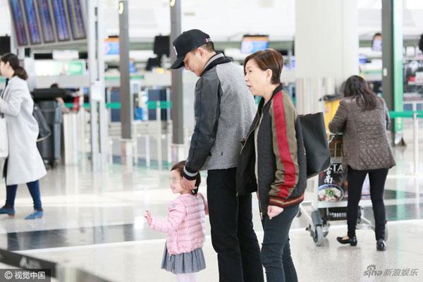 Dương Mịch bịn rịn chia tay chồng con ở sân bay