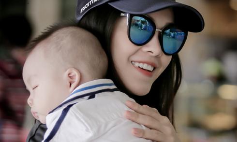 Con trai Dương Cẩm Lynh ngủ say sưa ở sân bay