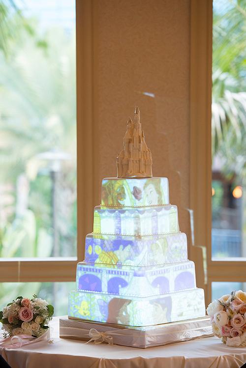 [Caption]Chiếc bánh cưới 5 tầng với đỉnh bánh là toà lâu đài nguy nga. Bánh có màu trắng