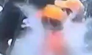 Phụ bếp hắt cả chậu nước sôi vào đồng nghiệp vì cãi nhau