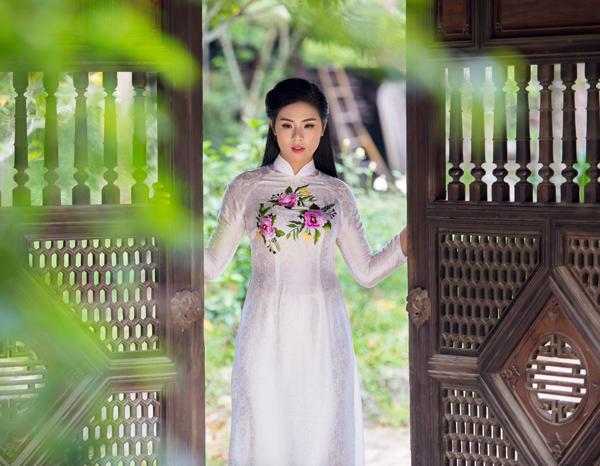 ngoc-han-duyen-dang-voi-ao-dai-theu-tay-3