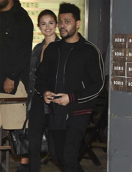 Selena Gomez xinh tươi dạo phố với bạn trai ở Argentina