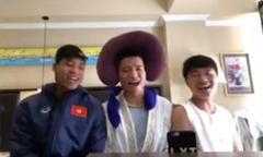 Xuân Trường và đồng đội 'diễn hài' trong phòng khách sạn
