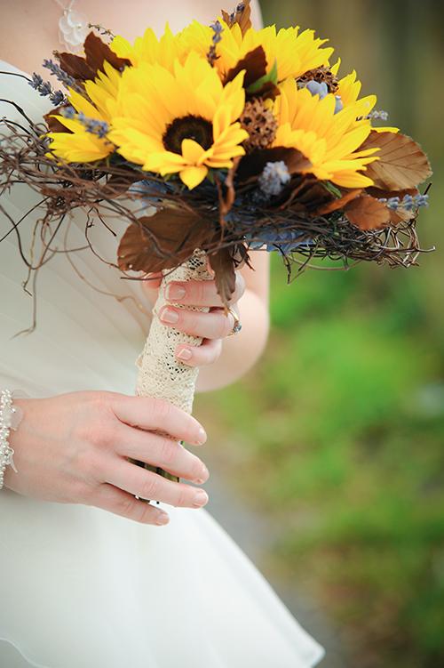 Hoa hướng dương kết hợp với lá khô