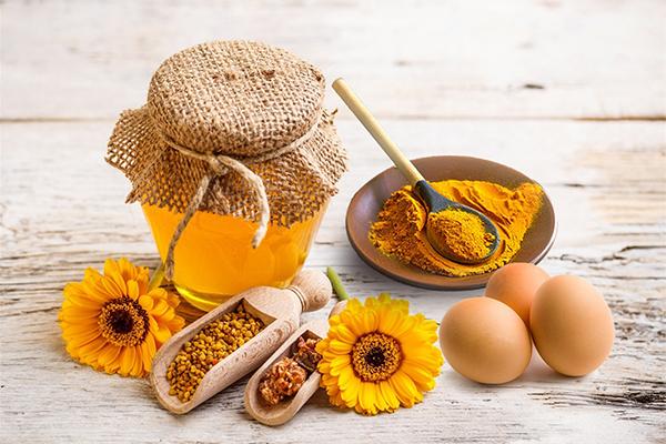 Nghệ từ lâu được dùng để kháng viêm, kích thích sự hồi phục của các tế bào da. Vì thế, bạn nên trộn một thìa cà phê bột nghệ vào ly nước và uống vào buổi sáng sớm. Nó sẽ loại bỏ độc tố và làm giảm viêm, loại nước này cũng giúp bạn trở nên thon gọn nếu kiên trì uống trong một thời gian nhất định.