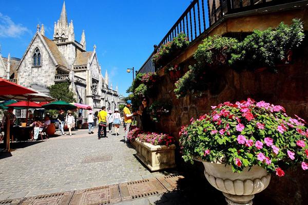 Thì quanh Làng Pháp, mỗi khu phố lại được tô điểm bởi bạt ngàn hoa hồng để hài hoà với lối kiến trúc châu Âu cổ kính. Đã có 5 không gian, phố hoa và tiểu cảnh tường hoa lá nhằm khoác thêm áo mới làm đẹp cho Khu vực đỉnh và Làng Pháp, chào đón Lễ hội Pháo hoa quốc tế Đà Nẵng và mùa hè 2017 sôi động.