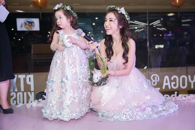 Người đẹp hi vọng show diễn với những trang phục do chính cô thực hiện sẽ giúp các gia đình có thêm những gợi ý để cả nhà mặc đẹp, diện xinh.