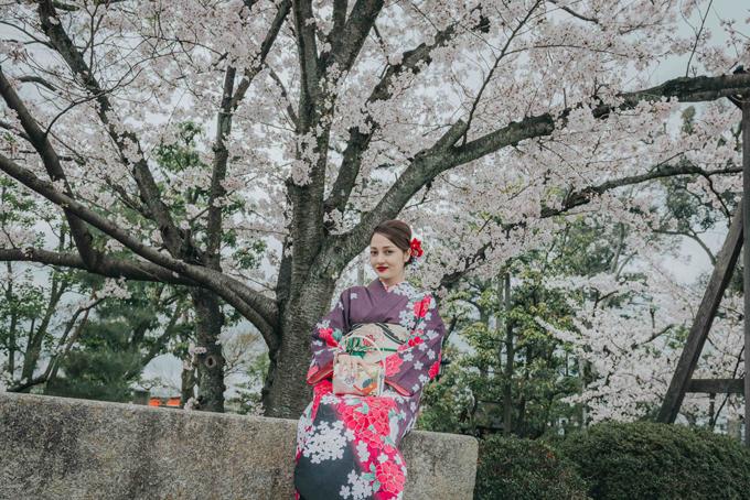 bao-anh-mac-kimono-khoe-sac-duoi-hoa-anh-dao-o-nhat-ban-1