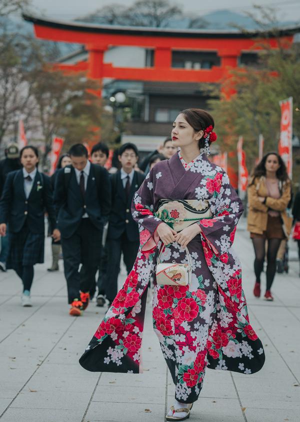 bao-anh-mac-kimono-khoe-sac-duoi-hoa-anh-dao-o-nhat-ban-5