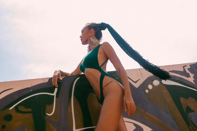 gai-mot-con-dieu-huyen-khoe-4-hinh-xam-tren-co-the-khi-mac-bikini-7
