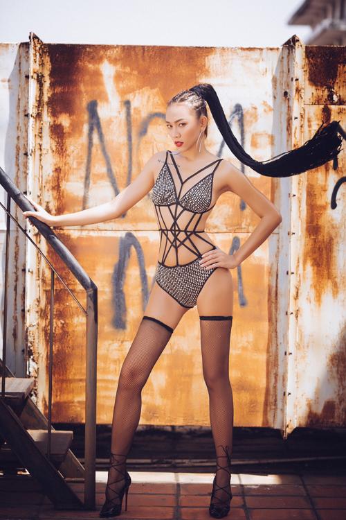 gai-mot-con-dieu-huyen-khoe-4-hinh-xam-tren-co-the-khi-mac-bikini