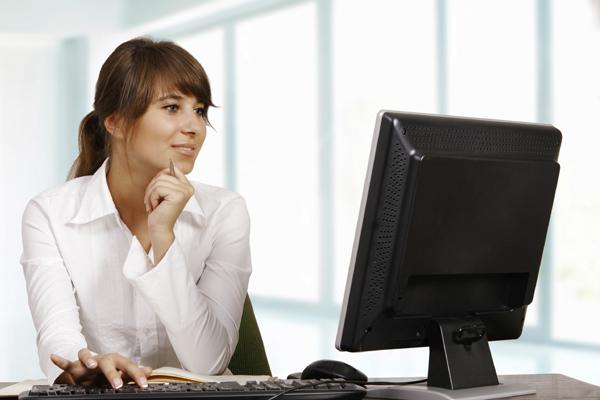 Không dán mặt vào màn hình Khoảng cách lý tưởng từ mặt tới màn hình máy tính là 50 - 60 cm. Nếu ngồi quá gần, bức xạ từ thiết bị điện tử có thể khiến làn da nhanh lão hóa, chảy xệ.