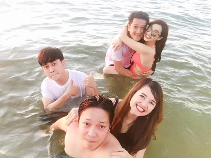 nha-phuong-mac-bikini-om-chat-truong-giang-tren-bien-1