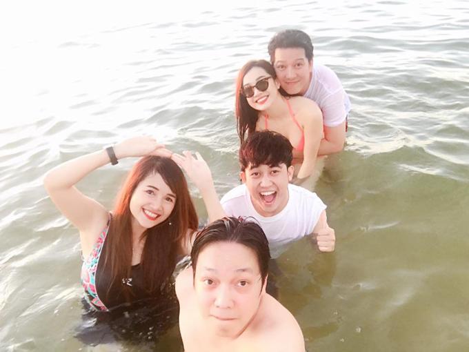Nhã Phương mặc bikini, ôm chặt Trường Giang trên biển