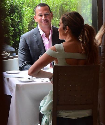 Jennifer Lopez bật mí cô là người chủ động 'tán' chàng bồ mới