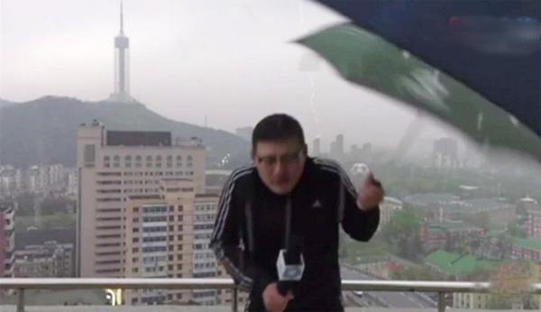 MC thời tiết bị sét đánh khi đang đưa tin trực tiếp