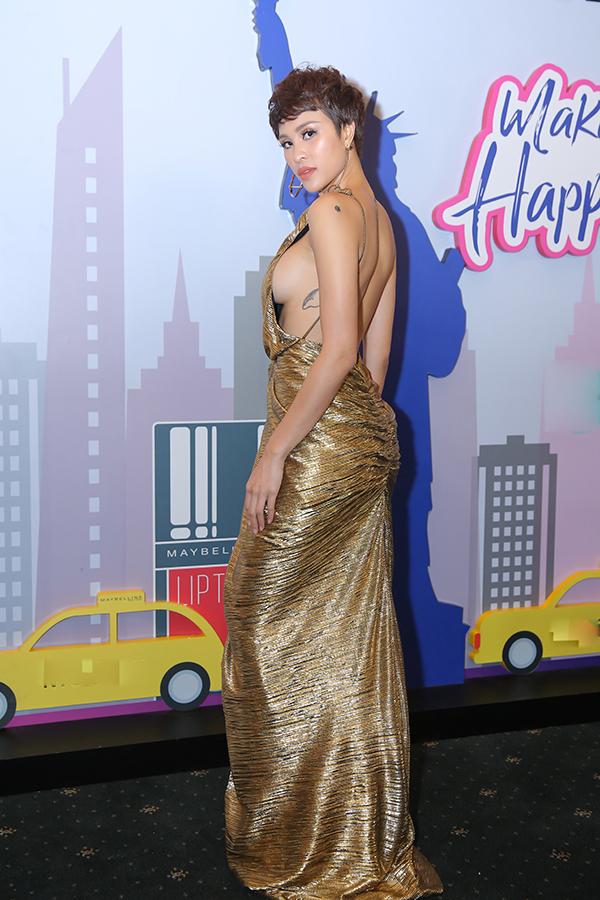 MC Phương Mai nổi bật trong đêm khai mạc Tuần lễ thời trang quốc tế Việt Nam với thiết kế váy hở táo bạo. Ngoài chi tiết cut out khoe trọn lưng trần, thân trên của áo còn được khai thác tối đa khoảng hở.