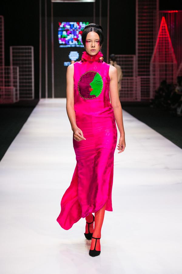 Những thiết kế trong bộ sưu tập Xuân hè lần này của Hà Linh Thư chính là một bản hòa ca về màu sắc: những gam màu nóng cam, hồng, đỏ, xanh lá