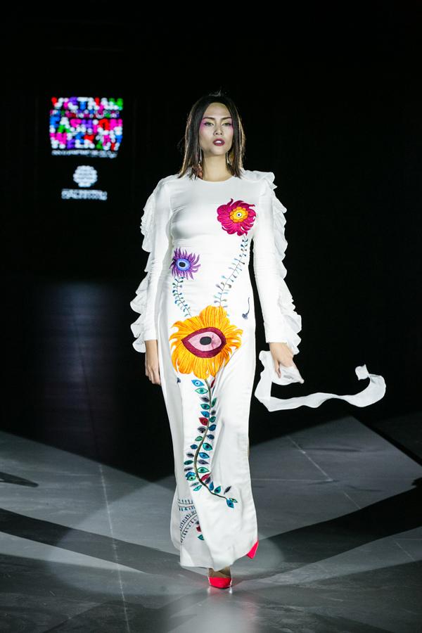 Trang phục bèo nhún kết hợp thêu họa tiết hoa lá, đôi mắt cách điệu được sử dụng cho vedette Võ Hoàng Yến.