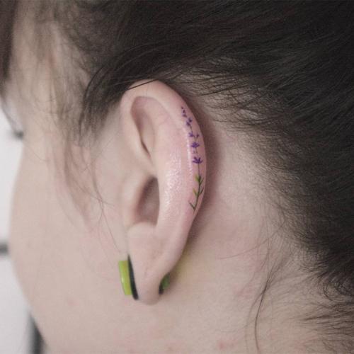 Mẫu hình xăm vành tai được ưa chuộng nhất là họa tiết hoa lá.