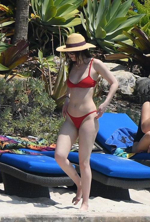 Dan sao Hollywood 'thieu dot' bai bien mua he voi bikini sexy